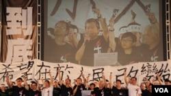 学联代表参加2014年六四烛光晚会(美国之音海彦拍摄)