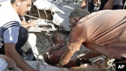 Местные жители пытаются эвакуировать раненого из под завала. Азаз, Сирия