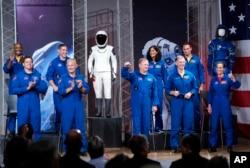 De izquierda a derecha los astronautas Victor Glover, Robert Behnken, Michael Hopkins, Douglas Hurley, Eric Boe, Sunita Williams, Christopher Ferguson, Josh Cassada y Nicole Mann son presentados en un evento de la NASA para anunciar que volarán al espacio en una cápsula SpaceX Dragon.