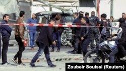 Polisi dan petugas tanggap darurat di lokasi ledakan dekat kedutaan besar AS di Tunis, Tunisia, 6 Maret 2020.