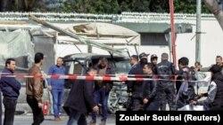 Des personnes rassemblées sur le site d'un attentat-suicide près de l'ambassade des États-Unis à Tunis, en Tunisie, le 6 mars 2020. REUTERS / Zoubeir Souissi
