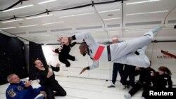 """Mantan pelari cepat, Usain Bolt, astronot Perancis Jean-Francois Clervoym, dan CEO Novespace and French Interior designer Octave de Gaulle, yang merancang botol sampanye """"Mumm Grand Cordon Stellar"""" menikmati melayang dalam kondisi nir-gravitasi dalam sebuah penerbangan melintasi Reims, Perancis dengan menggunakan pesawat Airbus Zero-G, 12 September 2018."""