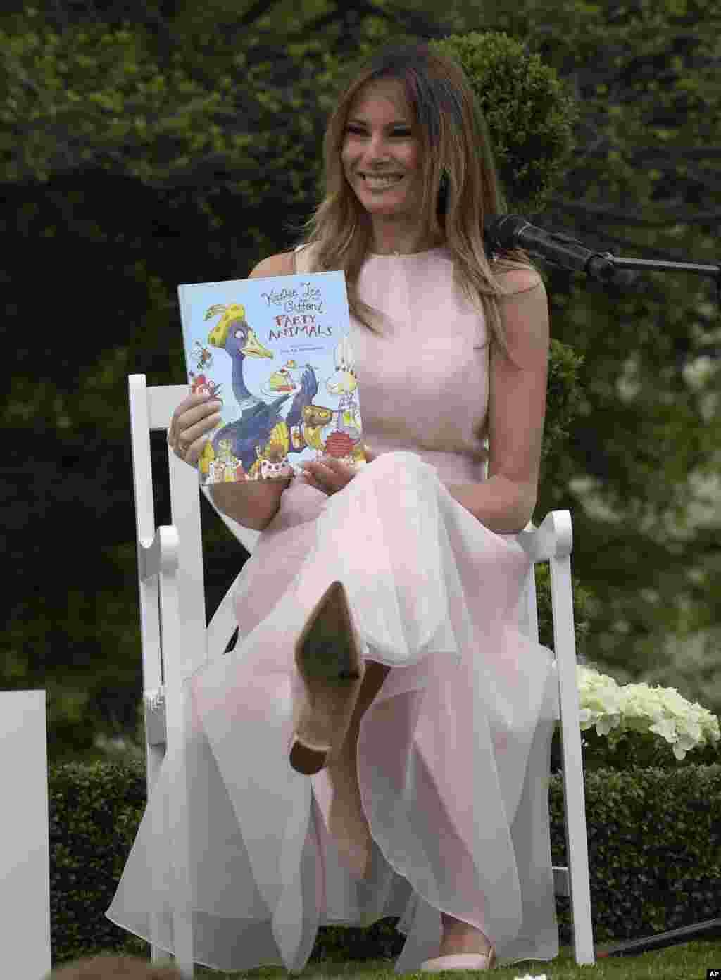 Первая леди США Мелания Трамп, по традиции, прочитала маленьким гостям детскую книгу