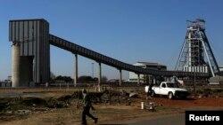 FILE - Banengi abantu abasebenza emigodini lezinye indawo kwele South Africa.
