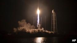 تصویری از پرتاب راکت از پایگاه ناسا در جزیره «والوپس»