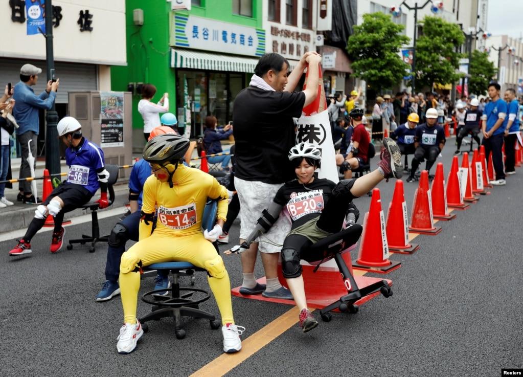 Гонщик давит во время гонки на офисном стуле ISU-1 Grand Prix series, в Ханью, к северу от Токио, Япония.