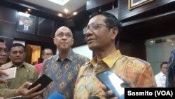 Menteri Koordinator Keamanan (Menko Polhukam) Mahfud MD usai menggelar rapat bersama TNI, BIN dan sejumlah kementerian soal pembebasan WNI yang disandera kelompok Abu Sayyaf, di Jakarta, Selasa, 17 Desember 2019. (Foto: VOA/Sasmito)