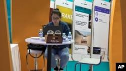 2017年4月28日,一名女子在北京的全球移动互联网论坛上使用电脑(资料图)