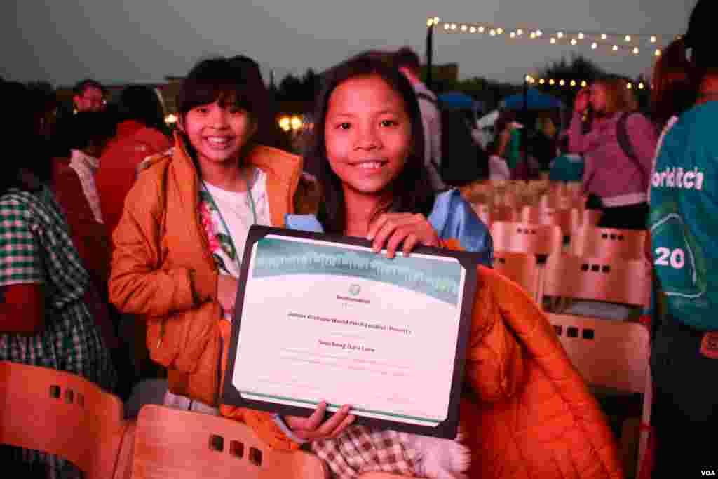 កុមារីខ្មែរ លន ដារ៉ាស៊ូចេង ១២ ឆ្នាំ ឈរក្បែរកុមារី ស៊ន លេស្សា សមាជិកម្នាក់ទៀតនៃប្រធានក្រុម Cambodia Identity Product ដោយបង្ហាញវិញ្ញាបនប័ត្របានជាប់ក្រុមចូលរួមនៅក្នុងការប្រកួតផ្តាច់ព្រ័ត្រ Technovation Challenge World Pitch Summit នៅទីស្នាក់ការកណ្តាលក្រុមហ៊ុន Google នៅក្រុង Mountain View រដ្ឋកាលីហ្វរញ៉ា សហរដ្ឋអាមេរិក កណ្តាលតំបន់បច្ចេកវិទ្យា Silicon Valley កាលពីថ្ងៃពុធ ទី០៩ ខែសីហា ឆ្នាំ២០១៧។ (សឹង សុផាត/VOA)