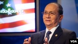 El presidente de Birmania,Thein Sein, participa en un cabildo abierto en los estudios de la Voz de América, en Washington. [Foto: Alison Klein, VOA.]