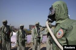 Lực lượng chống vũ khí hoá học của Quân đội Giải phóng Nhân dân Trung Quốc (PLA) tại nơi xảy ra vụ nổ ở Thiên Tân.