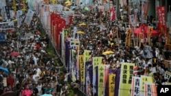 Hàng trăm người tuần hành trong một cuộc biểu tình thường niên ủng hộ dân chủ tại Hồng Kông, ngày 1 tháng 7 năm 2016.