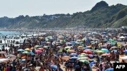 Banhistas na praia de Bournemouth, sul da Inglaterra, 25 junho, 2020.