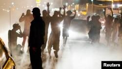 Người biểu tình hôm 15/8/2014 phản đối vụ thiếu niên Michael Brownbị cảnh sát bắn chết ở Ferguson, bang Missouri.