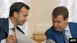 Президент РФ Дмитрий Медведев и его помощник Аркадий Дворкович. Архивное фото.