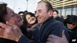 После того как вошел в силу закон «Об амнистии», на свободу вышли 190 человек, которые были признаны парламентом Грузии политзаключенными. Тбилиси, Грузия. 13 января 2013 года