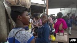 Les résidents de la région de l'Ouest au Cameroun arrivent au terminal de bus de Buéa suite à de nouveaux affrontements dans la région anglophone agitée, le 15 juillet 2018.