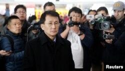 北韓外交部負責美國事務的高級官員崔康一(Choe Kang Il)在北京首都機場等候飛往赫爾辛基的飛機