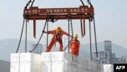 中國東部江蘇省連雲港市的港口,工人們將出口產品裝船(2020年6月7日)。