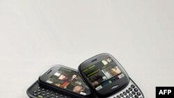 微软公司推出社交手机KIN ONE(右)和KIN TWO(左)