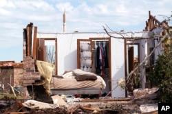2013年5月22日在美国奥克拉荷马州的奥克拉荷马市一栋住家遭受龙卷风袭击后的灾情。