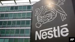 Logo Nestle di kantor pusat perusahaan itu di Vevey, Swiss.