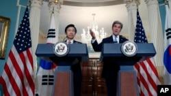 지난달 19일 존 케리 미국 국무장관(오른쪽)이 윤병세 한국 외교장관과의 공동기자회견에서 발언하고 있다.