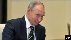 블라디미르 푸틴 러시아 대통령이 14일 모스크바 관저에서 열린 회의에 참석했다. 푸틴 대통령은 도널드 트럼프 미국 대통령 당선인에게 축하 전화를 걸고, 두 나라 관계 개선에 대한 기대를 밝혔다.