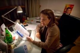 """法国杂志《新观察家》周刊的记者郭玉(又称 """"高洁"""")在她在北京的公寓里,拿着中国外交部批评她的声明(2015年12月26日)"""