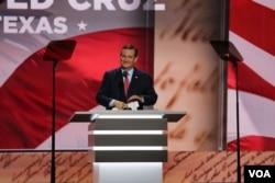 ທ່ານ Ted Cruz ຂຶ້ນກ່າວຄຳປາໄສຢູ່ເທິງເວທີຂອງກອງປະຊຸມຫຼວງພັກຣີພັບບລີກັນ. 20 ກໍລະກົດ, 2016. (A. Shaker/VOA)