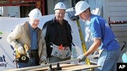 سابق امریکی صدر، جمی کارٹر 'ہیبیٹیٹ فور ہیومینٹی' کے کارکنوں کے ہمراہ
