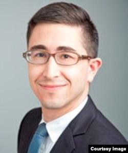 """""""美国民权联盟""""生育自由计划的资深专职律师安德鲁·贝克"""