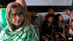 Warga Bangladesh tenah beristirahat di tempat pengungsian di Chittagong, Bangladesh, sebelum datangnya topan Mahasen (16/5).