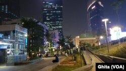 Ruang terbuka hijau di kawasan Dukuh Atas Jakarta di malam hari. (Foto: VOA/Ghita)