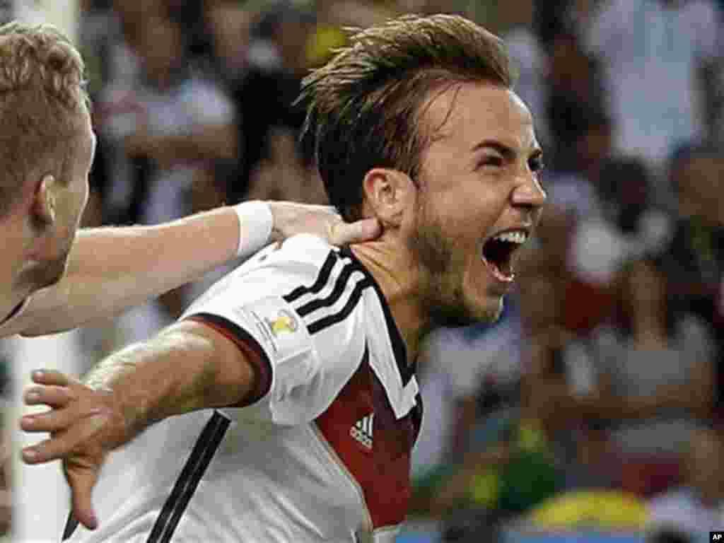Pemain Jerman Mario Goetze merayakan golnya pada final Piala Dunia melawan Argentina di stadion Maracana di Rio de Janeiro, Brazil, Minggu (13/7). (AP/Victor R. Caivano)