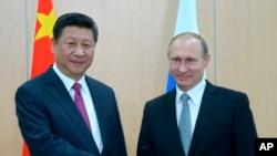 中國國家主席習近平出席金磚五國峰會時與俄羅斯總統普京握手。