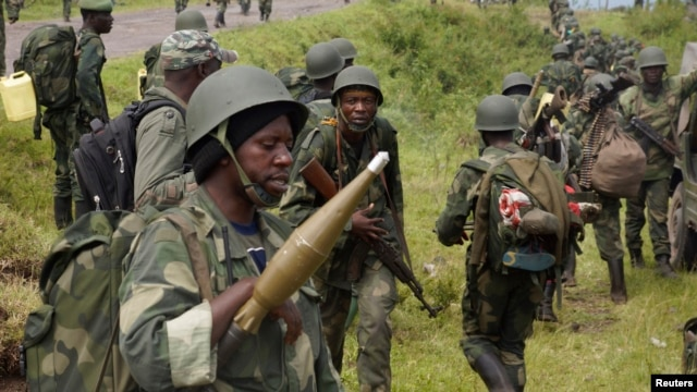 Congolese soldiers move to frontline positions as they advance against the M23 rebels in Kibumba, north of Goma October 27, 2013.   REUTERS/Kenny Katombe (DEMOCRATIC REPUBLIC OF CONGO - Tags: MILITARY POLITICS CIVIL UNREST CONFLICT) - RTX14QPU