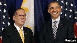 美国总统奥巴马于2011年11月18日在印度尼西亚巴厘举行的东盟首脑会议会场外面会见菲律宾总统阿基诺