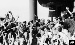 历史照片:中共主席毛泽东与来自北京等地的师生见面并挥手。(1966年8月)