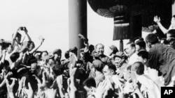 歷史照片:中共主席毛澤東與來自北京等地的師生見面並揮手。 (1966年8月)
