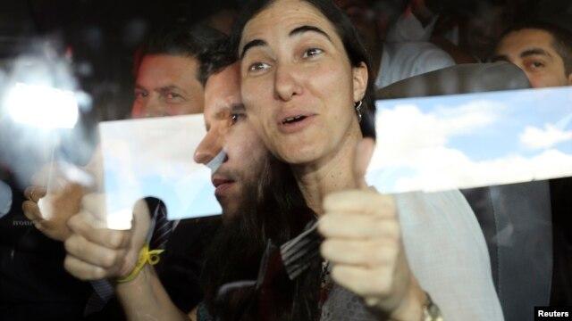 Apretada fue la llegada de Yoani Sánchez al parlamento de Brasil.