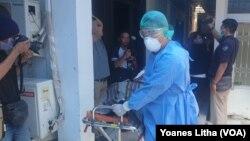 Simulasi penanganan pasien diduga terinfeksi virus korona, di RSUD Anutapura, Palu, 4 Maret 2020. (Foto: VOA/Yoanes Litha)