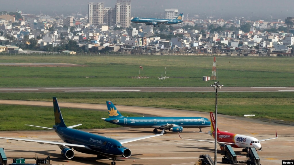 Máy bay Vietnam Airlines và Vietjet đậu tại Tân Sơn Nhất.