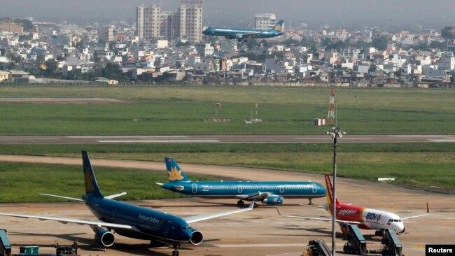 Sân bay Tân Sơn Nhất cũng đang quá tải.