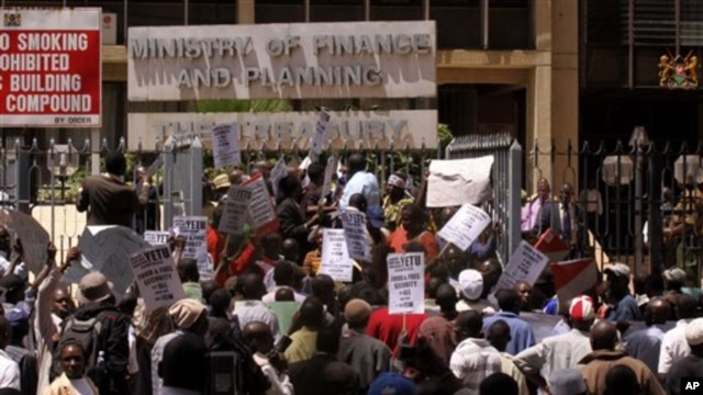 Kenyan protesters hold placards during a demonstration against food and fuel prices hikes in Nairobi, Kenya, April 19, 2011 (file photo).