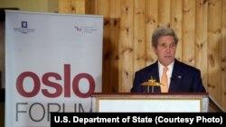 El secretario de Estado de EE.UU., John Kerry, criticó a Rusia y al gobierno sirio por la crisis en Siria.