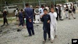 Deca prolaze pored mesta gde su se dogodile tri eksplozije tokom sahrane u Kabulu, 3. jun 2017.