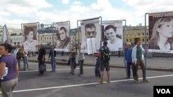 2013年夏季俄罗斯活动人士在莫斯科市中心示威要求释放政治犯(美国之音白桦)。