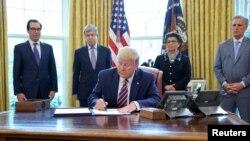 Tổng thống Donald Trump ký ban hành Chương trình Bảo vệ Tiền lương (PPP) tại Tòa Bạch Ốc ngày 24/4/2020.