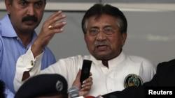 Mantan presiden Pakistan, Pervez Musharraf, berbicara pada pendukungnya di Karachi (24/3).